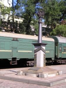 2.同行者と行程<br />JICの「シベリア鉄道全線15日間」(2004年)に8名が参加した。同行者は60代の男性4人、主婦2人、夫婦1組であった。4人の男性は、かつてはエンジニアとして活躍したが、現在は登山家、陶芸家、水処理コンサルタント、交通技術コンサルタントであった。<br /><br /> 行程は次の通りである。<br /><br />2004年<br />7月1日(木)関空又は成田発、ソウル着(空路)、ソウル1泊2日<br /><br />7月2日(金)ソウル発、ウラジオストク着(空路)、ウラジオストク1泊2日<br /><br />7月3日(土)〜7月6日(水)ウラジオストクからイルクーツクまで列車3泊4日<br /><br />7月6日(水)〜8日(金)イルクーツク2泊3日<br /><br />7月8日(木)〜7月11日(日)イルクーツクからモスクワまで列車3泊4日<br /><br />7月11(日)〜14日(水)モスクワ3泊4日<br /><br />7月14日(水)モスクワ発(空路)<br /><br />7月15日(木)ソウル着、ソウル発、関空又は成田着(空路)