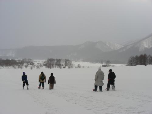 カンジキ着用して小高い丘まで歩き前森高原を眺める