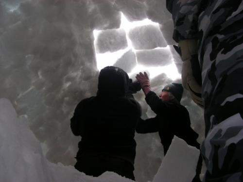 イグルー内部から天井部分を組み立て中