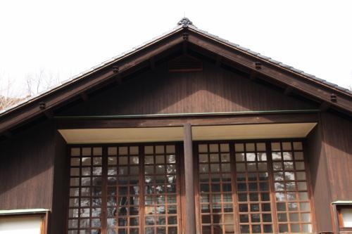 前川國男は、1905年(明治38年)新潟県新潟市に生まれ、東京に育ち、1928年(昭和3年)東京帝国大学工学部建築学科卒業。