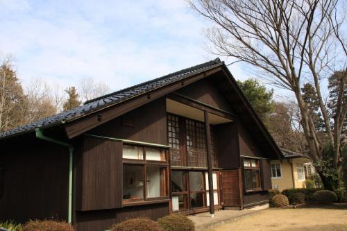帰国後はレーモンド建築設計事務所に勤務の後、前川國男建築事務所を設立し、モダニズム建築の旗手として、戦後の日本の建築業界をリード。<br />東京文化会館、東京都美術館、世田谷区役所等の公共建築物を主に設計しています。<br />ちなみに、東京都庁を設計した丹下健三氏は前川事務所の出身です。