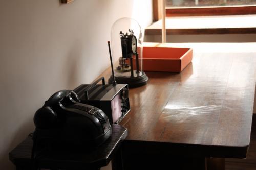 仕事場としての居間と、2階に製図台を並べて、この書斎が仕事上の接客や所員の休憩の場として使われました。
