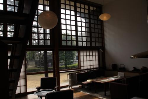面積規制により、各個室は十分な広さが取れないが、空間だけでも贅沢にとつくられた、中2階と吹き抜けの居間。