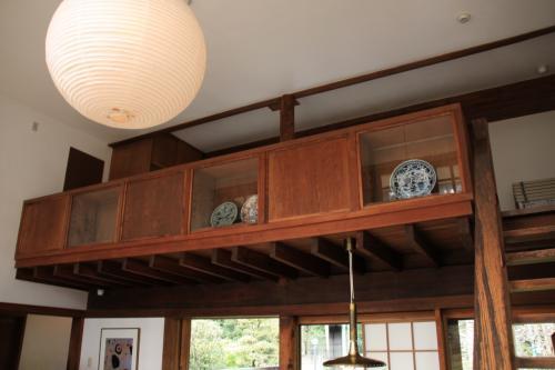 中2階の手摺の吹き抜け側は、ガラスの付いた飾り棚になっています。