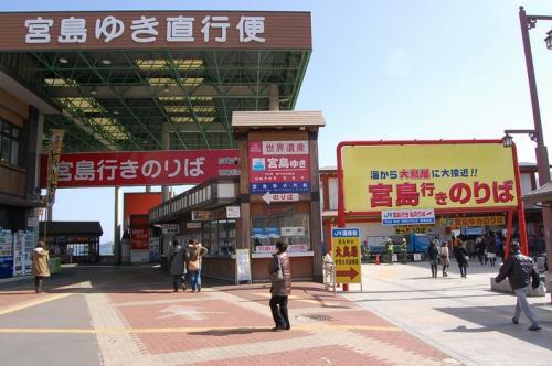 さて、宮島から宮島口に戻ったところから、この旅行記はスタート!<br /><br />右がJRで、左が松大汽船のフェリーです。<br />共に170円。