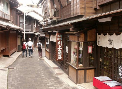 ➛有馬温泉は、神戸市北区(旧国摂津国)にある温泉で、日本三古湯の一つであり、林羅山の日本三名泉、また枕草子の三名泉にも数えられる全国有数の名湯です。<br />➛湯本坂
