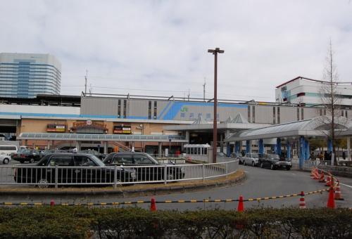 京葉線の海浜幕張駅は、首都圏のベッドタウンとして栄える幕張のシンボルでもあります。<br />