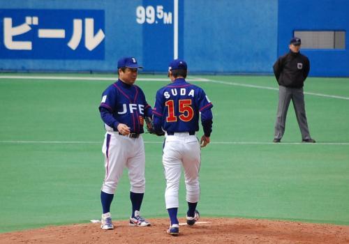 そして、スタンドが沸く!<br /><br />早稲田出身ルーキー須田がマウンドへ!