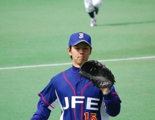 素晴らしいピッチングをしてベンチに戻ってくる須田。