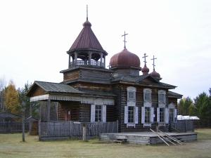 5.イツクーツクとバイカル湖で<br /> イルクーツクはシベリアのパリといわれ、美しい町並みであった。着いた日は、35℃の観測史上最高気温でむんむんしていたが、翌々日は雨で恐らく20℃ぐらいに下がっていた。<br /><br /> イルクーツクから70km離れたバイカル湖畔のリストヴァンカでは、18〜19世紀のコサックの農家、教会、学校などが白樺林の中で保存されていた。バイカル湖は世界最大の淡水湖で、透明度は世界一で40mという。<br /><br />バイカルとは豊かなという意味で、ロシア人の母なる湖である。ロシア正教のニコリスカヤ教会の中の壁は沢山の聖なるイコンが飾られ、スカーフを着けた婦人が沢山のローソクの中で祈りを捧げていた。<br />