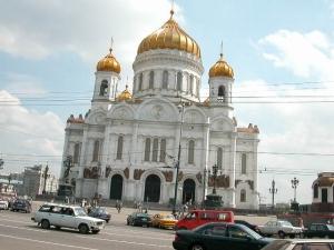 3日目4時半頃、真っ赤な太陽が東の空から登ってくるではないか。オムスク4時49分(1:49)着、15分停車。ドストエフスキーが4年間重労働に服した町。<br /><br /> チュメニ12時11分(9:11)着、20分停車。1586年に開拓されたシベリアで最も古い町。<br /><br /> スヴェルドロフスク(エカテリンブルク)16時00分(14:00)着、23分停車。エカテリーナ1世女帝の名をとったロシア有数の工業都市で、人口125万人。さすがに駅は大きく近代的で、コンコースの中は人でごったがえしていた。発車後しばらくして、ウラル山脈のヨーロッパとアジアの境界を示すオベリスクの前をあっという間に通過した。<br /><br /> ゴールキ・モスク4日目8時43分(8:43)着、15分停車。通勤電車を多く見かけた。モスクワに近づき、ロシア正教の金色に輝く美しいドームが見えてきた。<br /><br /> モスクワ(ヤロスラヴスカヤ)16時42分着、今までの低いホームと違って、初めての高いホームに降り立ち、列車の進行方向に歩いていくと、始発点の記念碑が建っていた。ホームをそのまま進むと、階段も改札口もなく広場に出た。はるばる太平洋側からやって来たにしては、拍子抜けであった。<br />