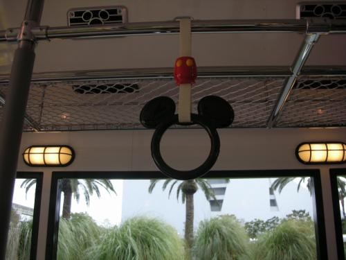 荷物を預けて、<br />ディズニーリゾートクルーザーでいざTDLへ!!<br />ミッキーの吊り革..きゃわいいー。