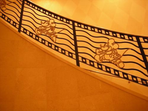 階段の手すりにもミッキー。