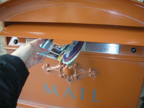 ランドやシーのポストから手紙を送ると、<br />記念スタンプが押されて届くんです。<br />自分宛と友達にカードを書いて投函!!