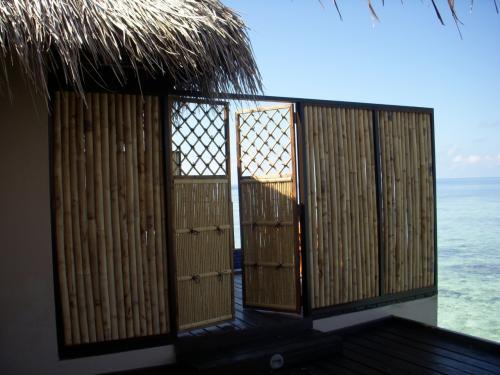 入口はこのような和風なゲートを開くとサンデッキにつながっていて、そこからガラス扉で中へ入ります。