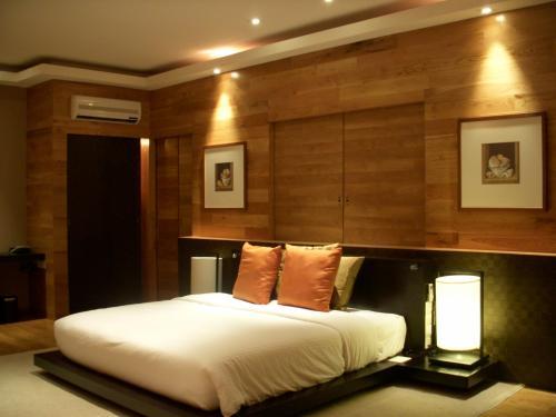 室内の様子です。真中にどーんとキングサイズのベッドが置いてあります。50部屋の内25室はこのようなタイプで、残りはツイン(シングルベッドが2つ)となります。