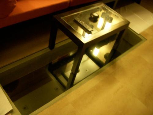 バスルームのソファー前の床は一部ガラスになっています。