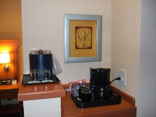 コーヒーメーカー。レギュラーコーヒーとデカフェインコーヒーの2種類のコーヒーパック(無料)が置いてある。1パックで2名分のコーヒーができる。これはマリオットの標準サービス。
