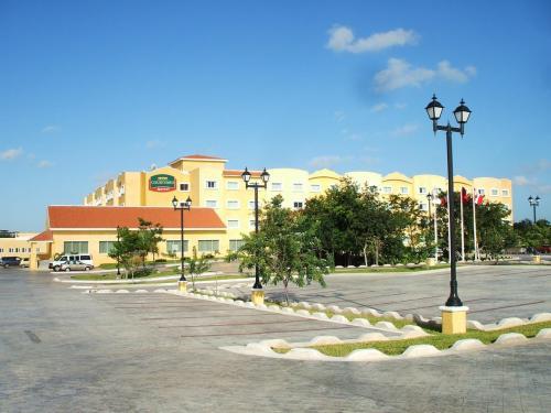 ホテル全景(写真)。正面の建物の裏側にガーデンプールがある。