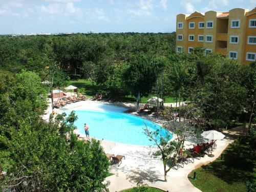 エアポートホテルではあるが、中庭には広いプールがあり、リゾートホテル仕様である。