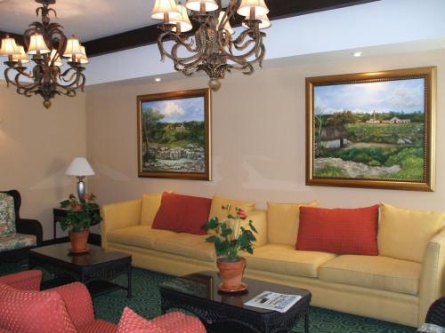 ホテル入り口の横にあるソファーとテーブル。