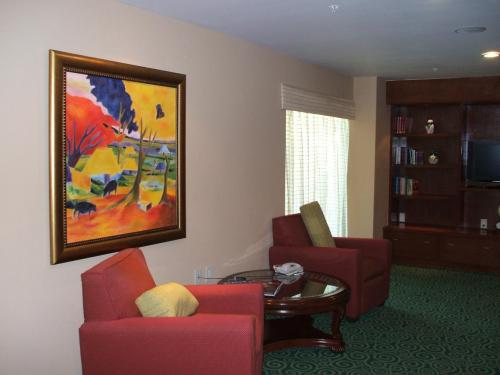 ホテル・フロント横に図書室(写真)があり、その一角にパソコンが置いてある。