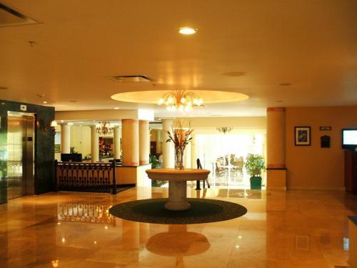 ロビー(写真)はホテルの顔であり、そのホテルのグレードを表す。ピカピカの床と洗練されたインテリアに、まずは合格。
