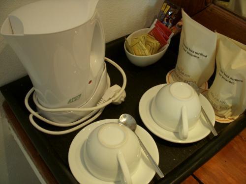 湯沸しポットとコーヒー・紅茶セット完備です。<br />湯沸しポットって嬉しいですよね。<br />日本茶のティーバック持って行って飲みたくなります。