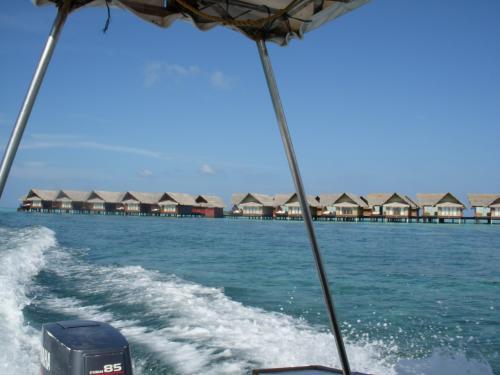 マーレ空港からスピードボートで30分、アダーラン・プレステージ・オーシャンヴィラは北マーレ環礁に位置します。<br />島に近づくと長い桟橋が伸びていてそこにびっしりと水上コテージが並びます。