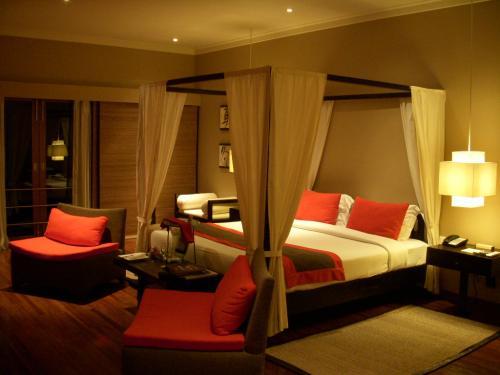 まず部屋に入ると大きな天蓋付きのベッドが真中にど〜んとおいてあります。<br />内装はシックなオレンジ色を基調としていておしゃれな雰囲気です。