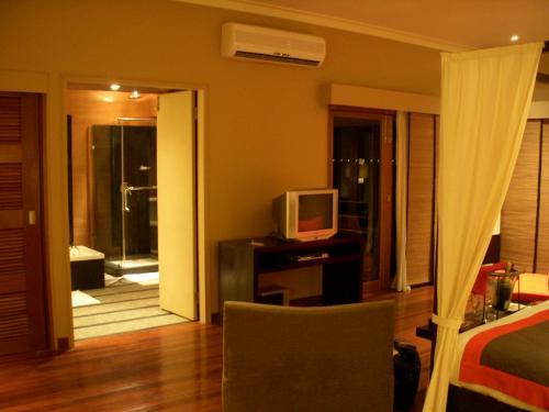 ベッドの向かいには薄型プラズマテレビが置いてあり、チャンネル数も多くワールドNHKも映ります。<br />その横の扉の先はバスルームになっています。