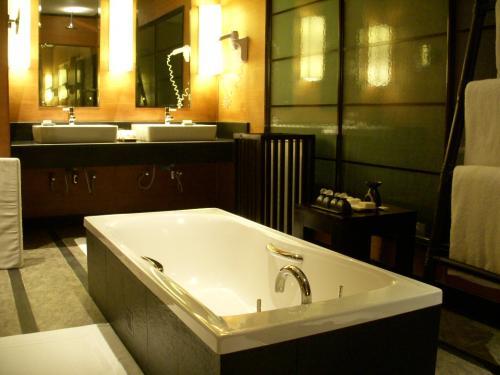 バスルームです。<br />シンクは2つあるので使い勝手がよく◎。<br />右手にはドライヤーが、左手には大きく映る鏡があります。<br />シンクの右手にある入れ物はゴミ箱ではなく使用済みのタオルを入れるボックスのようです。