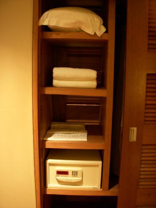クローゼットの中チェック!<br />エクストラピロー、エクストラタオル、ランドリーバッグ、そしてセイフティボックスが入っていました。<br />ちなみにバスルーム側からもこの扉を開ける事ができます。<br />