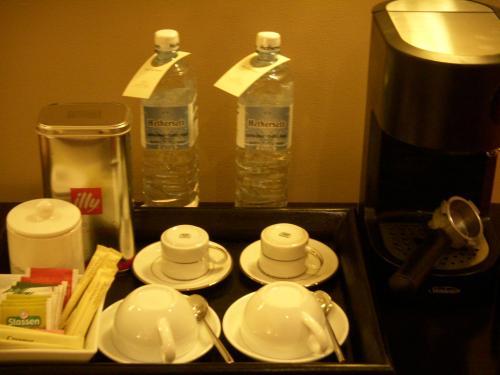 コーヒー・紅茶セットです。大きなボトルの水も2本用意されています。<br />エスプレッソもあります。<br />こちらすべて無料でした。<br />使い方はバトラーが教えてくれます。