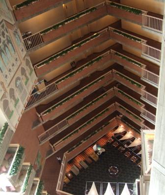 ハイアット・ケンブリッジの内側です。<br />宿泊した12階から下を見たアングル。<br />ロビーはポートマンロビーというそうです。(『背信』の第4章)<br /><br />チャールズ川を臨める最上階のバー『ゼファー』でスペンサーはビール、スーザンと相棒のホークはピニャ・コラーダを取っています。<br /><br />私もゼファーで何か飲みたいと思ったのですが、2006年頃に最上階のゼファーはクローズされ、現在は2階に下がってアメリカンレストランになっています。(川景色は見えます)<br /><br />Zephyr on the Charles<br />at Hyatt Regency, Cambridge<br />575 Memorial Dr. Cambridge, MA 02139<br />URL: http://cambridge.hyatt.com/hyatt/hotels/entertainment/index.jsp