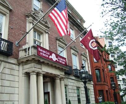 コモンウェルス・アベニューにあるハーバード・クラブ。<br /><br />第20作目『ペイパー・ドール』の第9章で、依頼人ラウドン・トリップとランチをしています。クラブのメンバーなのはもちろんラウドンです。<br /><br />ラウドンはマンハッタンとタラのお料理(Scrod )、スペンサーはクラブソーダとチキン・サンドウィッチをとっています。<br /><br />ちなみにランチメニュのチキン・サラダ・サンドウィッチは13ドル95セント。Broiled Boston Scrod, Maitre d' Hotel Butter Served with Jasmine Rice and Vegetables(ブロイルしたタラにメーテルドテルバター、ジャスミンライスと野菜を添えて)は、16ドル95セント。<br />(As of Apr. 2009) <br /><br />Harvard Club of Boston <br />374 Commonwealth Ave Boston, MA 02215<br />URL: http://www.harvardclub.com/
