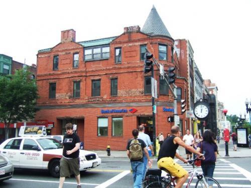 そして、表紙でも書いた「マサチューセッツ・アベニューとボイルストン通りの角」です。