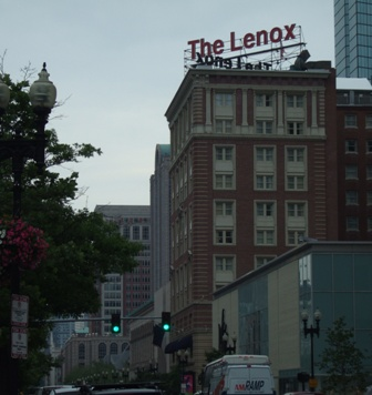 レノックス・ホテルには以前に母と泊まった事があります。(プライスが上がっていて、今回はブックできませんでした)<br /><br />お部屋からボイルストン通りを眺めおろすと、ほぼ真下にダンキンドーナツがあり、あぁスペンサーも足しげく通っているのだな、と感じ入りました。<br /><br />The Lenox Hotel<br />710 Boylston Street, Boston, MA 02116<br />URL: http://www.lenoxhotel.com/