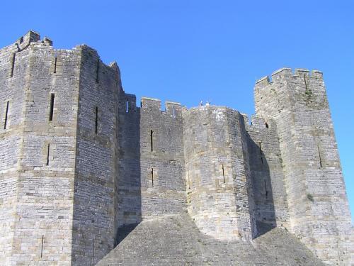 Caenarfon城に到着。ここがロボット兵が動き出した、そしてシータが救出された城のモデルといわれているそうです。<br />世界遺産にも登録されている城で、イギリスの皇太子プリンスオブウェールズの戴冠式が行われる歴史あるお城です。
