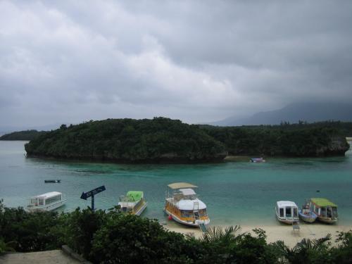 石垣島に着いたらレンタカーを借りて島を一周。<br />半日あれば車でぐるりとできます。<br /><br />たぶん、石垣で一番有名な観光スポット「川平湾」
