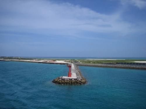 石垣島から船で那覇まで向かうことにします。<br />午後に出て、夕方に宮古島を経由し、翌早朝には那覇に着きます。<br /><br />もちろん、飛行機で行くより安い!<br />ただ、もちろん船酔いは覚悟してから乗りましょう。