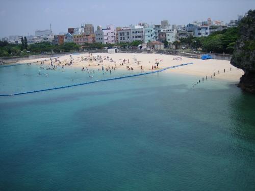 「波の上ビーチ」<br />国際通りからはタクシーで10分程度でしょうか?宿泊先のドミトリー(県庁すぐ側)から自転車で20分くらいなので、滞在中よく来たビーチ。<br /><br />透明度はイマイチですが、近いし、沖縄旅行の最終日に利用する観光客や、地元の小学生たちが泳いでいます。