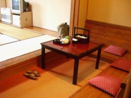 10畳の他に入口には談話室なるスペースがある。