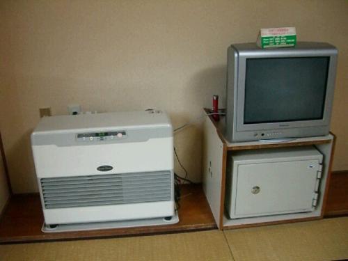 テレビと金庫、暖房機。