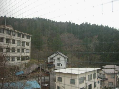窓からの景色。<br /><br />連れが風呂場で気がついて、教えてくれたけど<br />一番左に移っている旅館から、ずっと男の人が渓雲閣の<br />女風呂を覗いていた。