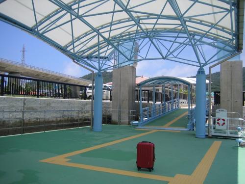 阿嘉島へ到着。こじんまりとした港です。