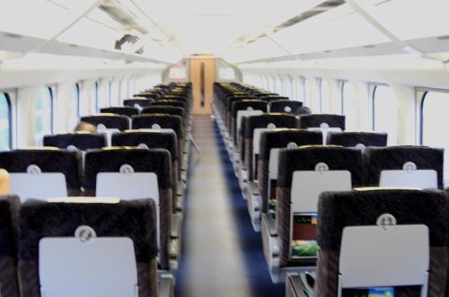 なんとか出発するが<br /><br />川崎からは東海道線が動いていないので京浜東北線で東京へ行く。新幹線乗り場は凄い人だかりで、我々の乗る予定の東京発7:36の「はやて」は運休だった。どうしよう・・・・。駅員に聞いて、乗車変更で長い行列に並ぶが、何処が早いのか右往左往する。間違えてJR東海に並んだりして浮き足だつ。落ち着かなくては。行列を30分近く待って、ようやく順番が来る。八戸まで行く「はやて」を取ろうとしたが、8時台は満席、仕方なく9:56発にしたら、寸前で1席しかなくなり万事休す。そこで、思いついて「やまびこ」の自由席で盛岡まで行き、そこから盛岡―八戸間だけでも9:56の「はやて」の席が取れないか聞いてみたら、なんとか取れた。「大人の休日倶楽部」の切符なので新幹線の乗り換えは自由なので融通がきく。取り敢えず、8:20「やまびこ」で盛岡へ出発する。。「やまびこ」自由席はガラガラだで、拍子抜けする。