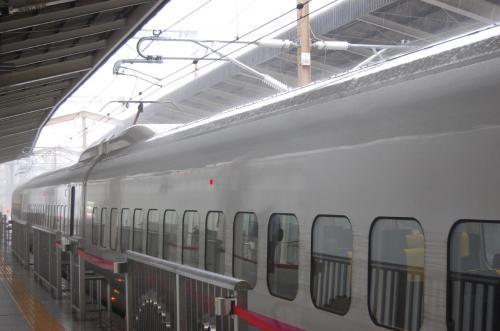 嵐の仙台駅でストップ<br /> <br />朝食も買い込んで、落ち着いたところで車内で食事を摂る。新幹線は台風を追いかけて北進する。ところが、台風を10:30に仙台で追い越したところ電車が暴風雨で仙台駅でストップしてしまった。もうこれまでかと思って諦めの境地だったが、仙台駅で45分待ってようやく再スタートする。がんばれ新幹線。<br />