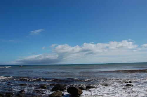 津軽海峡<br /> <br />渓流を後にして、本州最北端の大間崎に向かう。15分ほど運転すると海岸線に出る。津軽海峡だ。海の蒼さが空の青さマッチして美しい海だ。<br />