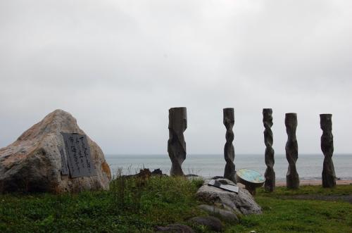 布海苔発祥の地<br /><br />明治初期頃、干潮時捨石に布海苔が着生しているという貴重な発見をした。新しい石に布海苔が着生すると言う事実は捨石すれば布海苔漁場が拡大出来ると。その後青森県内及び全国的にこの事業が行われるようになった。<br />大間は近い。<br />